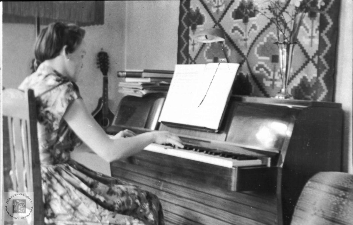 Grete Ingebjørg Skuland v/ pianoet.