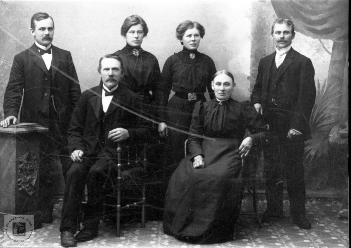 Portrett av familiegruppe. Familien John og Dina Hønneland, Laudal.