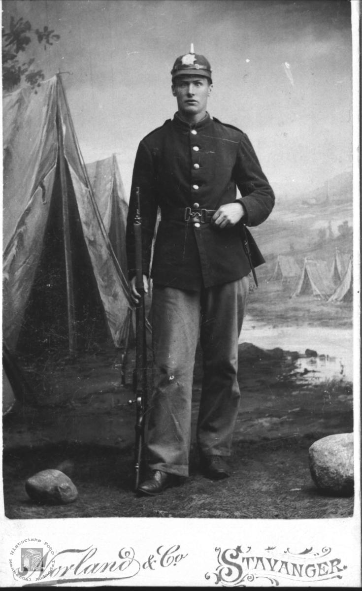 Portrett av soldat. Knud B. Glomsaker (Hallingsgård), Laudal.