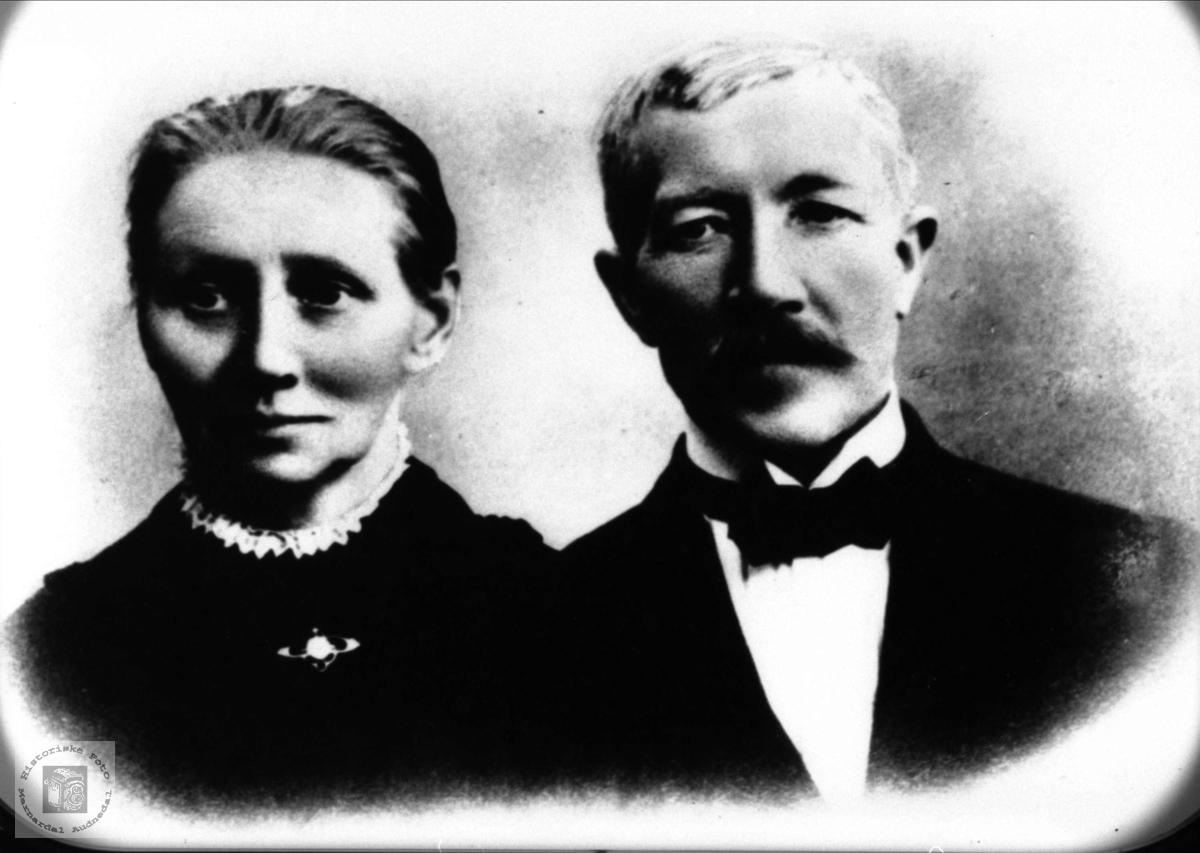 Ekteparet Kristine og Tomas Barland med etterslekt på Øyslebø.