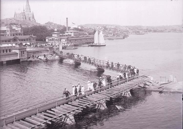 """Enligt text som medföljde bilden: """"Lysekil, Släggöbrons invigning. Juli 10."""""""