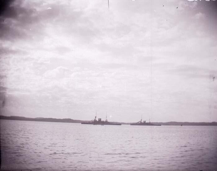 """Enligt text som medföljde bilden: """"Svenska pansarfartygen """"Niord o Thor"""" fr. Lyckes brygga 24/8 1899 Lysekil""""."""