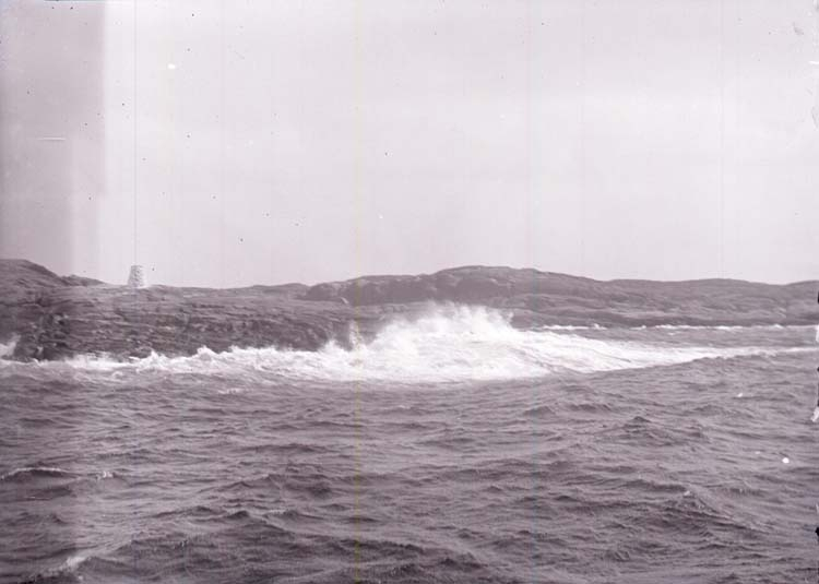 """Enligt text som medföljde bilden: """"Marstrand. Bränningar 17/7 04."""""""