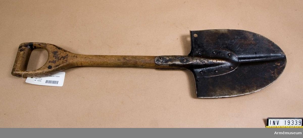Infanterispade, förändringsmodell. Modellen fastställd 1912 från m/1906.  Spaden har trähandtag som är märkt: 9 K 45 I5 (I4 5 R 5 K)  (161), och blad med hål för karbinhake.
