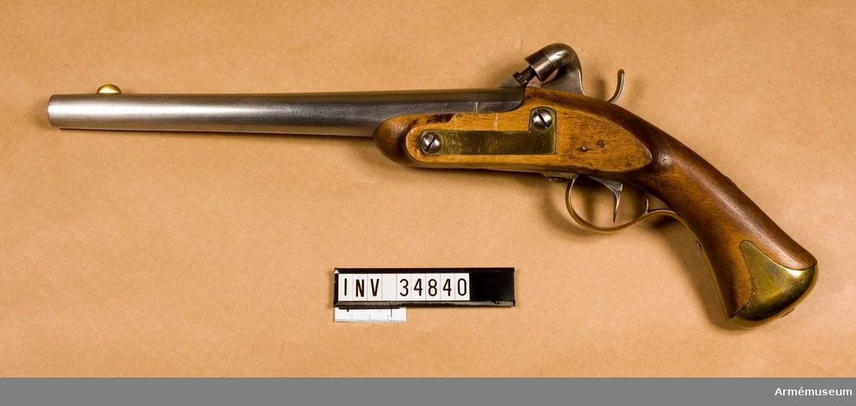 Grupp E III b.  Åkersteins konstruktion från 1826. Sannolikt det exemplar som prövades på Artillerigården 1827. Pistolen är en förändring av m/1820, där framstocken avkortats och svanskruven förlängts med ett 26 mm långt kammarstycke. På detsamma är knallhattstappen placerad. Numret 4 finns på kolven bakom sidblecket.