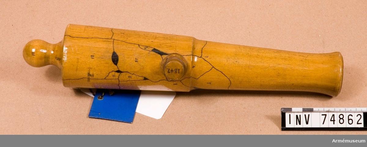 """Grupp F V. Med gjut n:o 20, gjuten ut reverberugn av 5:e samt masungn av 1:a kl. järn vid åker 1847. Denna jämte en annan dylik kanon med gjut n:o. 48 och gjuten ur samma ugnar samt av järn av samma hårdhetsgrad, uttogos till kontrollpjäser vid 1847 års leverans från nämnda bruk av 23 cm. (7""""3 bombkanoner m/1840. Den förstnämnda kanonen sprang för ett skott av 15,3 kg (36 pund) krut, samt cylindrar av tillsammans 13 kulor vikt."""
