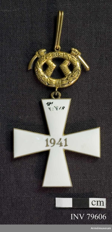 Ordenskors med lagerkrans och Karelens vapen, Band, rött med vita ränder. För riddare, militär, I.klass, av finska frihetskorset.