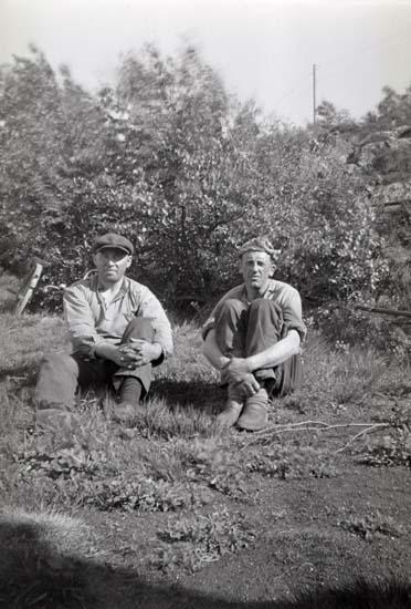 Samtidigt förvärvat: UMFA54423:0001 - 0318; UM024016 - UM024019, kamera med stativ. Litteratur: Johan Börjesson-Eld. Smeden som blev Härnäsets förste fotograf. Björn Jacobson. Bohuslän Årsbok 1989. Utgiven av Bohusläns hembygdsförbund och Bohusläns museum.