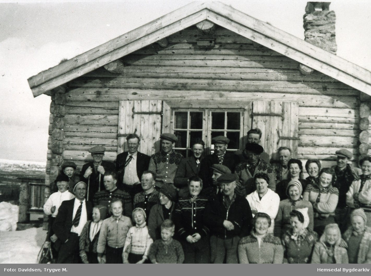 Bygdafolk, mest lykkjarar) på påskeskirenn hjå Trygve  M.Davidsen på Nøreli i Hemsedal i 1944. Namneliste finst i Hemsedal Bygdaarkiv.