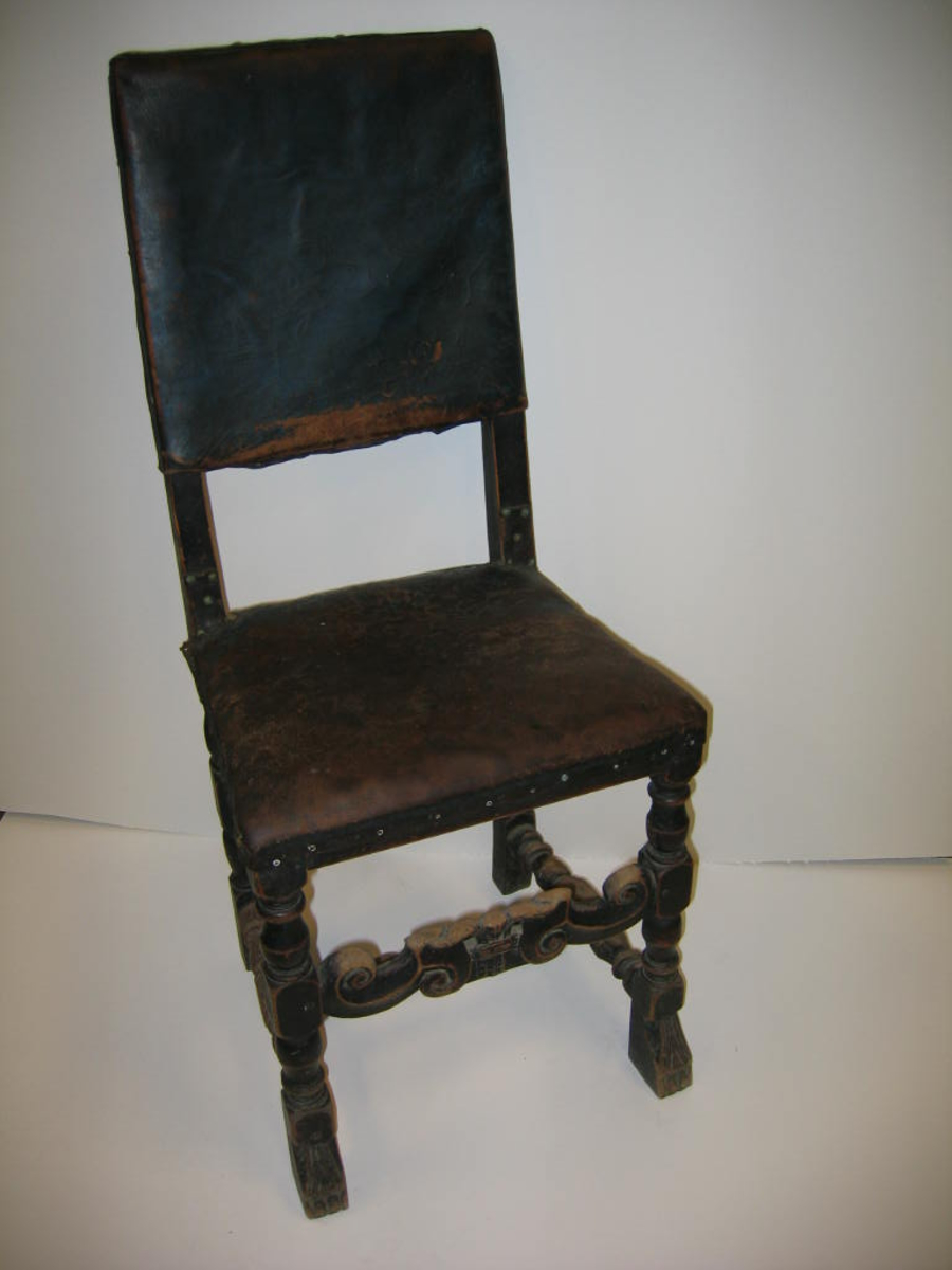 Form: Seinbarokk stil/form - skinn i sete/rygg - enkel krune/blad dekor på sarg.