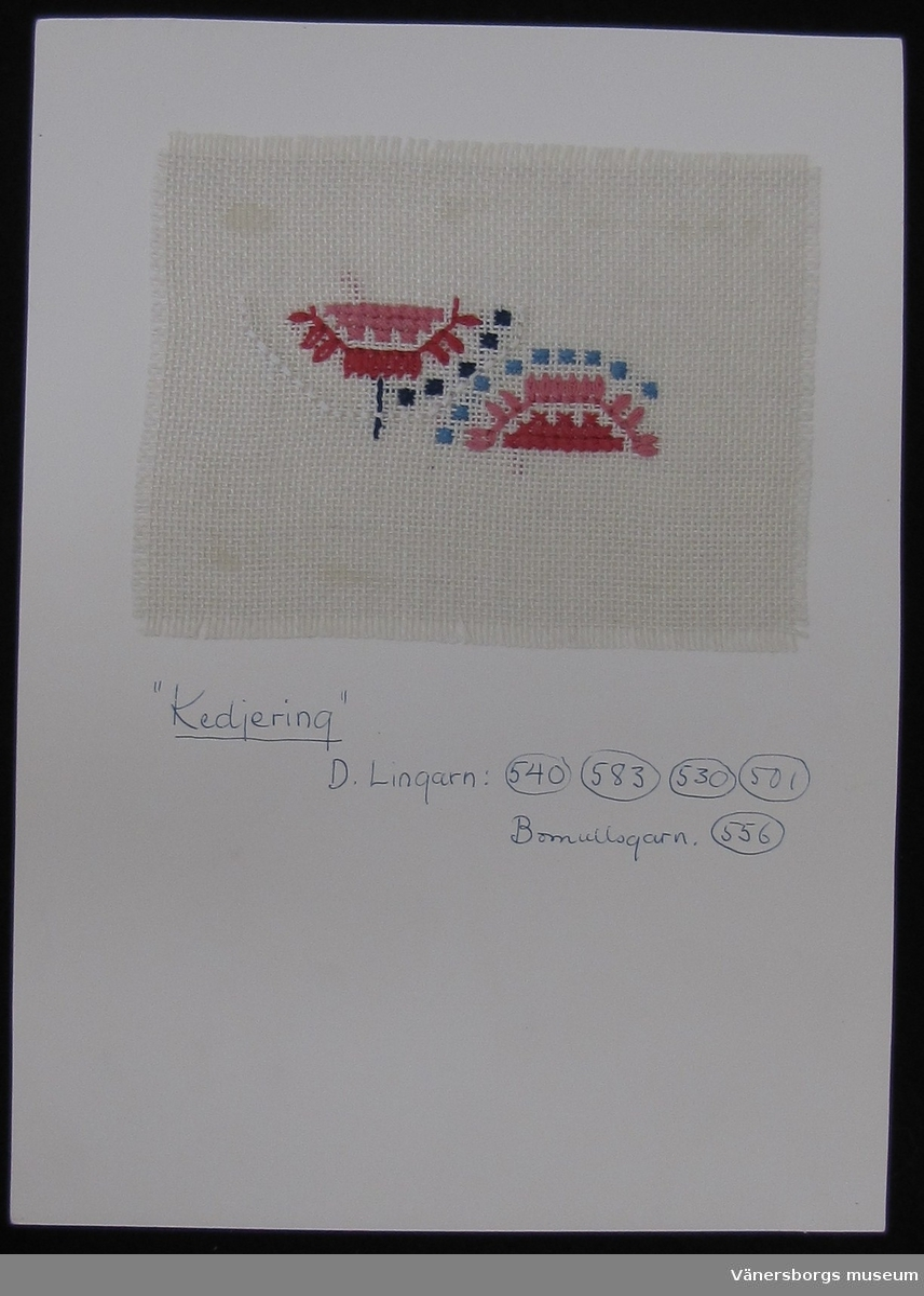 Broderiprov ''Kedjering''.  Framtaget av Älvsborgs läns norra slöjdförening på 1950-talet där Ingrid Wikmar Seklis var drivande.