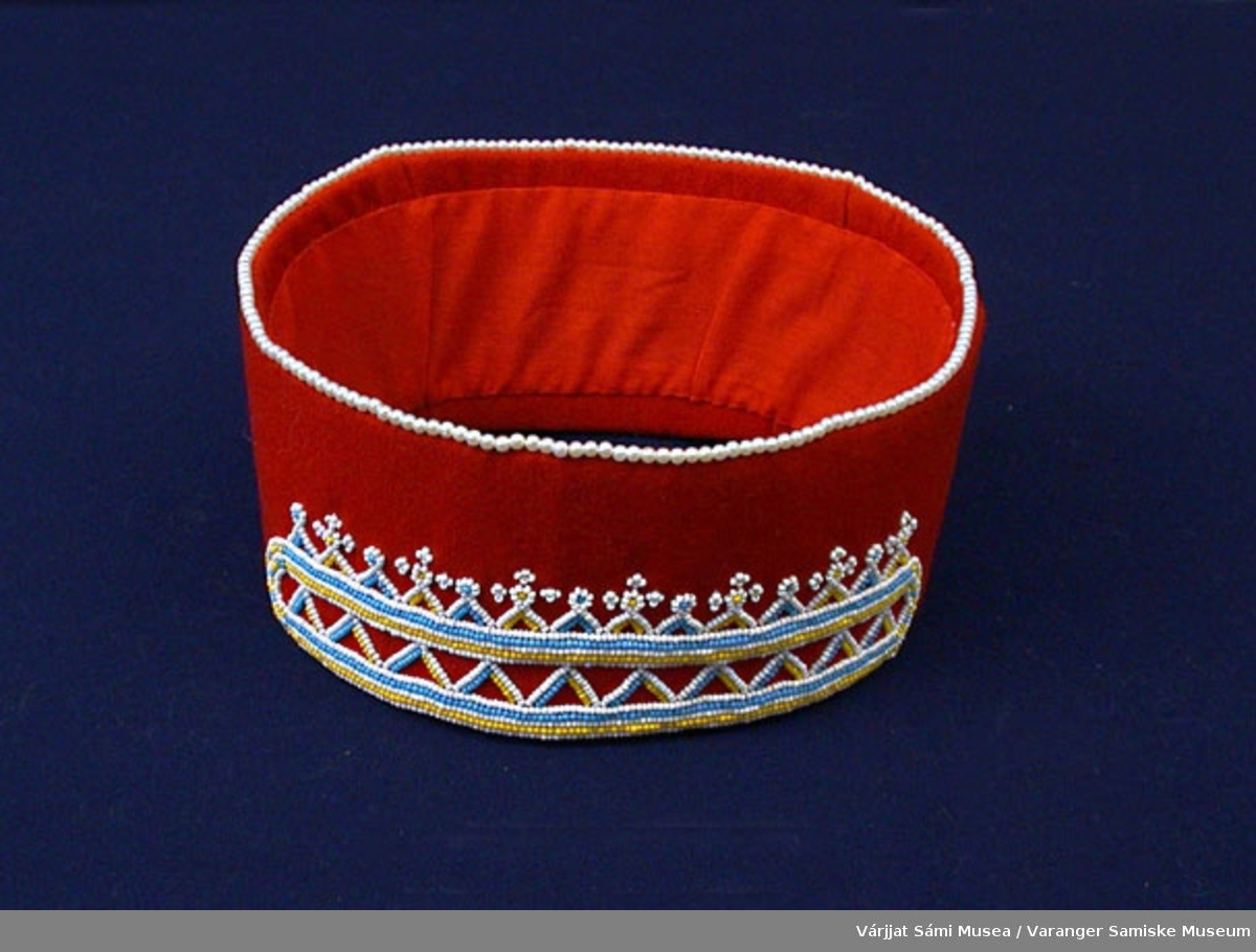 Hodeband av rødt klede pyntet med perler.