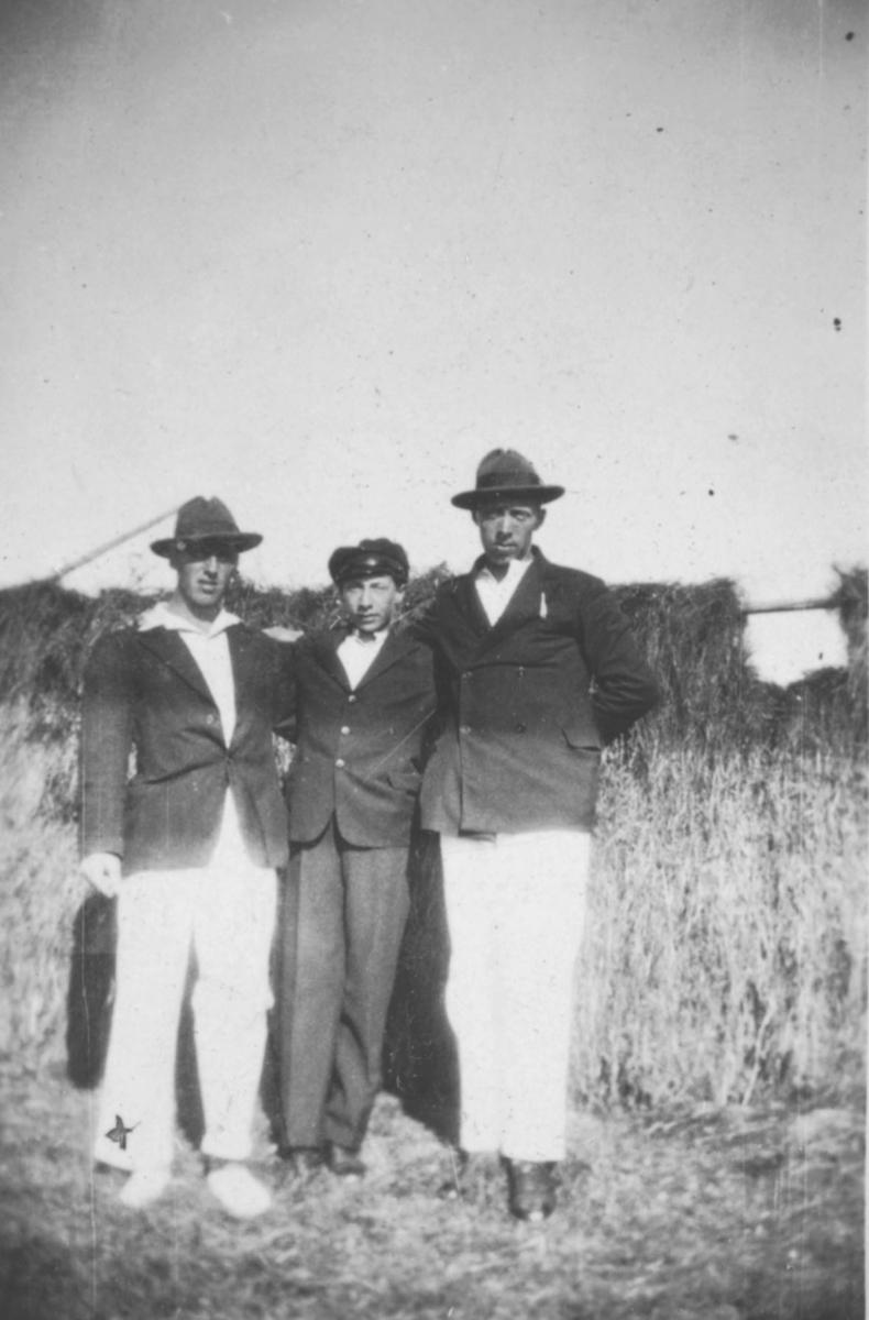 Tre menn fotografert på et jorde. Sted og personer er ukjent, men bildet kan være tatt i Kvalsund kommune.