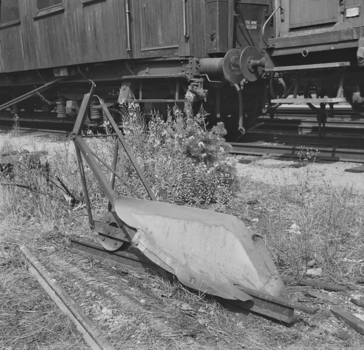 """En «slave» fra Setedalsbanen, 1. avdeling. Trukket av en mann, styrt av en annen for snørydding av en skinnestreng. """"Slaven"""" er bevart ved Setesdalsbanen."""
