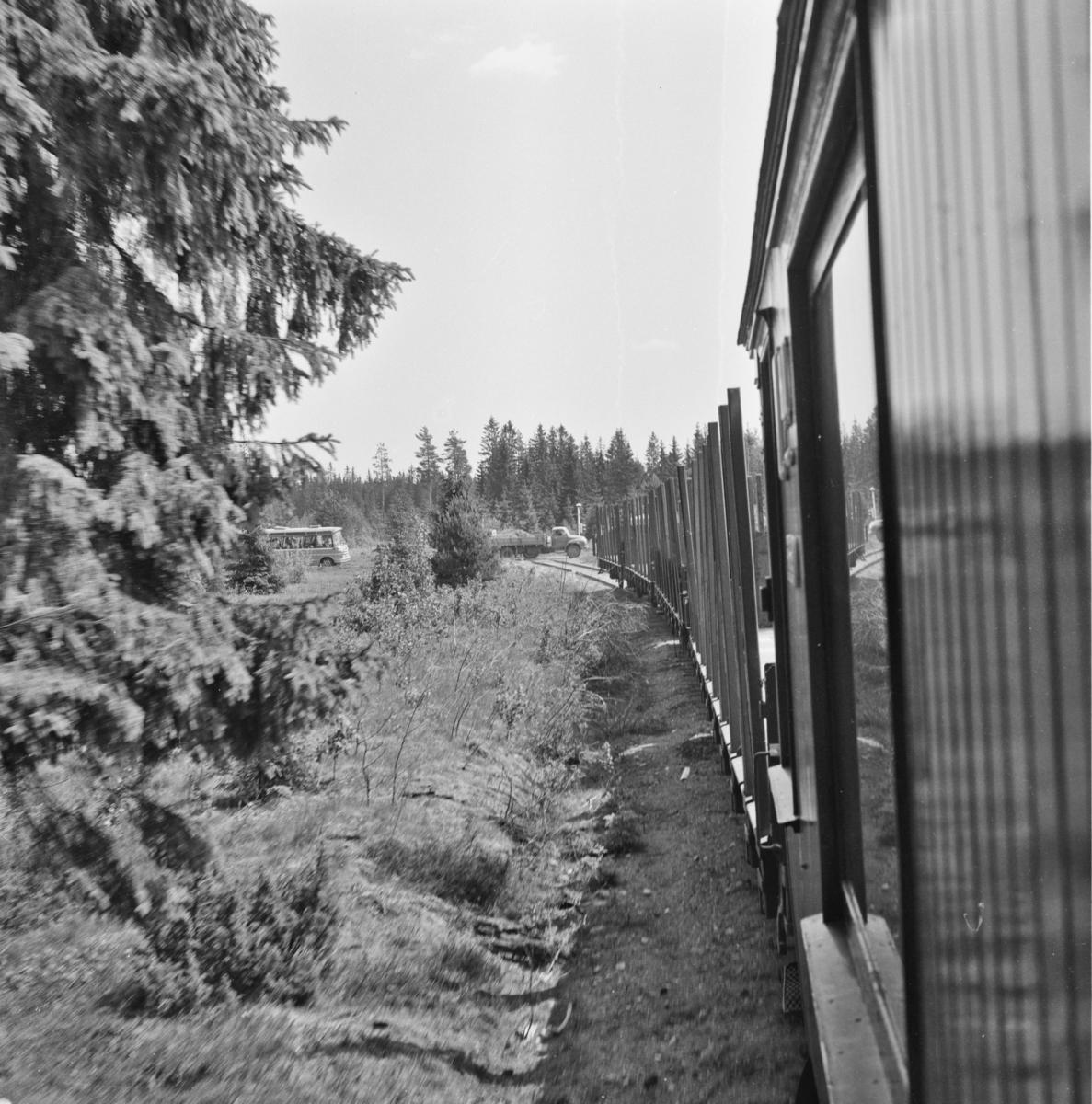 Transport av museumsmateriell mellom Hauerseter og Gardermoen. Vognene ble tatt ut for bevaring av A/L Hølandsbanen i 1968 og lagret midlertidig på militært område på Gardermoen.