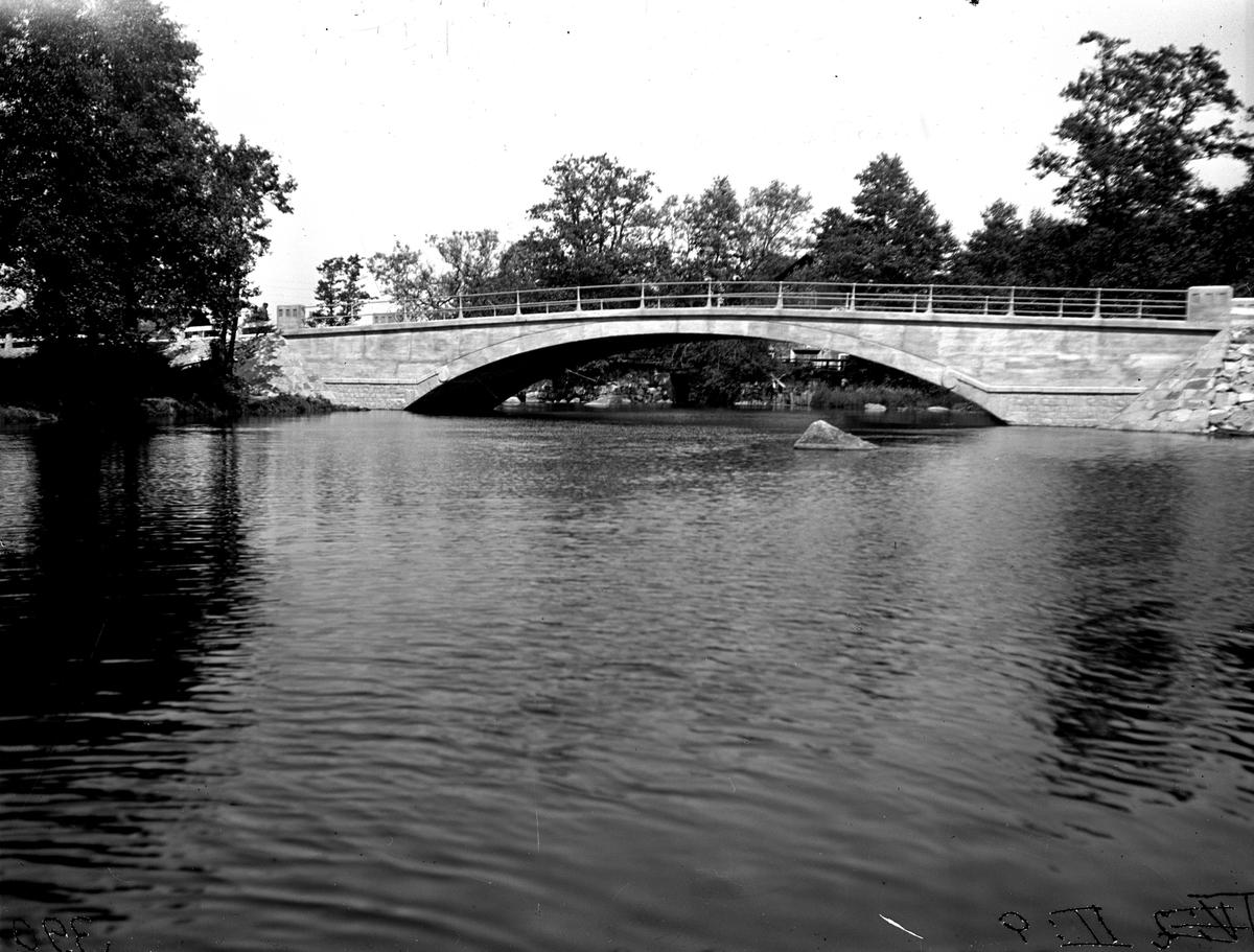 Bron vid Kallstena från vänster. Fotograf E Sörman.