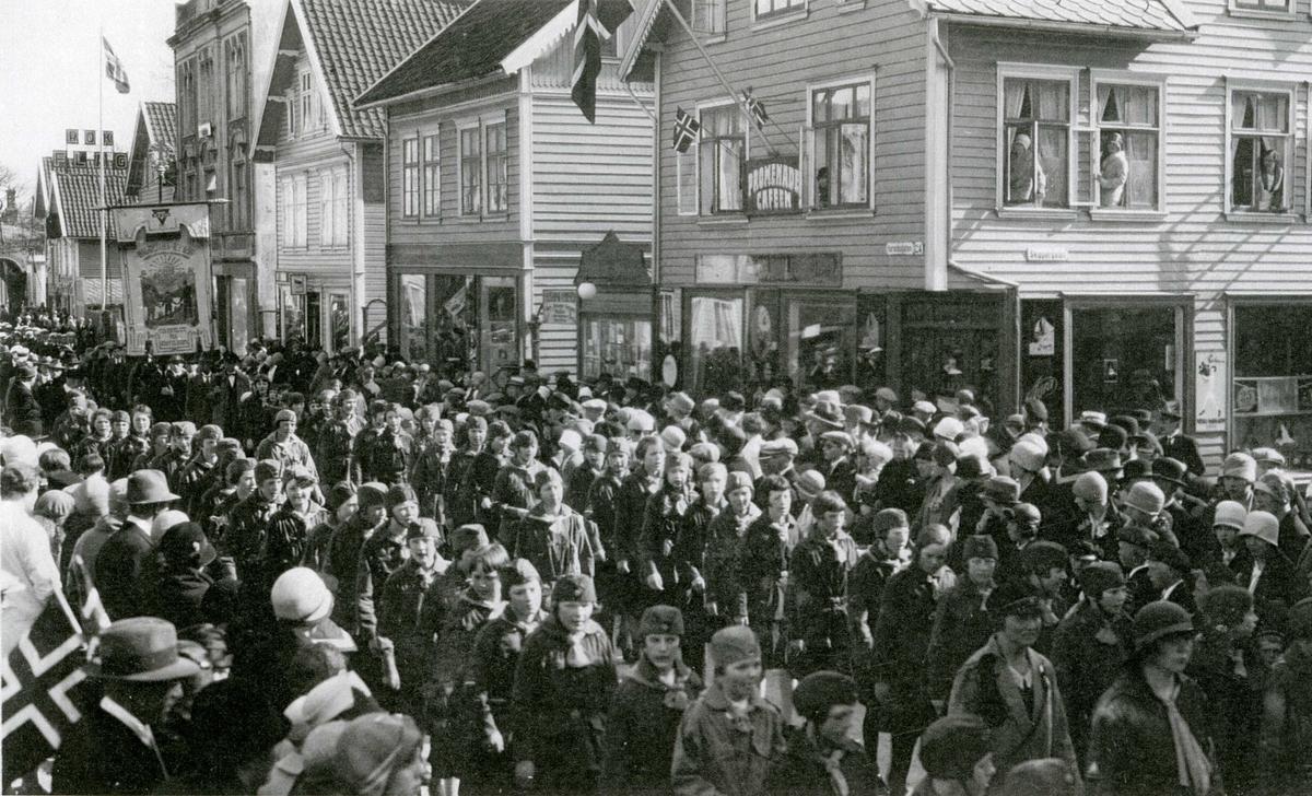 Foto fra Folketoget, 17.mai 1929, KFUK-speider-jentene.