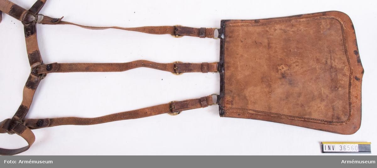 """Grupp C I. Ur uniform för manskap vid Småland husarregemente; 1822-49. Består av dolma, päls, ridbyxor, högmössa, plym, kordong med tillbehör, kartusch med rem, knutskärp, spännhalsduk, sabelgehäng, sabelhandrem, sabeltaska, fodermössa, ridstövlar, sporrar, handskar. Modellexemplar med modellapp m/1835. Remmar enligt äldre uppställning.  Tillhörande modelletikett med text: """"Fastställdt Modell å Sabeltaska till efterrättelse vid deraf Skeende anskaffningar för Smålands Hussar Regemente. Stockholm d. 10 December 1835. På Befallnin T. W. Lode. Adjut. i Kgl. Krigs. Colleg.""""."""