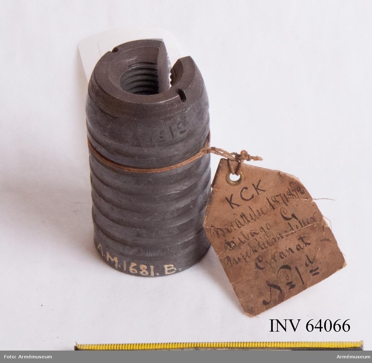 Grupp F II.  Genomskuren granat. Projekt 1868. Granat av tackjärn med två valkar på järnkärnan och med blymantel. Första konstruktionen.