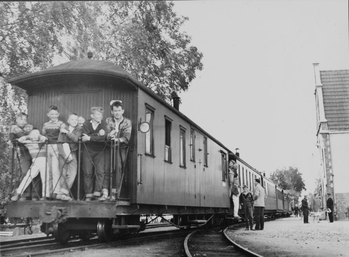 Siste ordinære tog på Urskog-Hølandsbanen står klart til avgang fra Sørumsand stasjon.