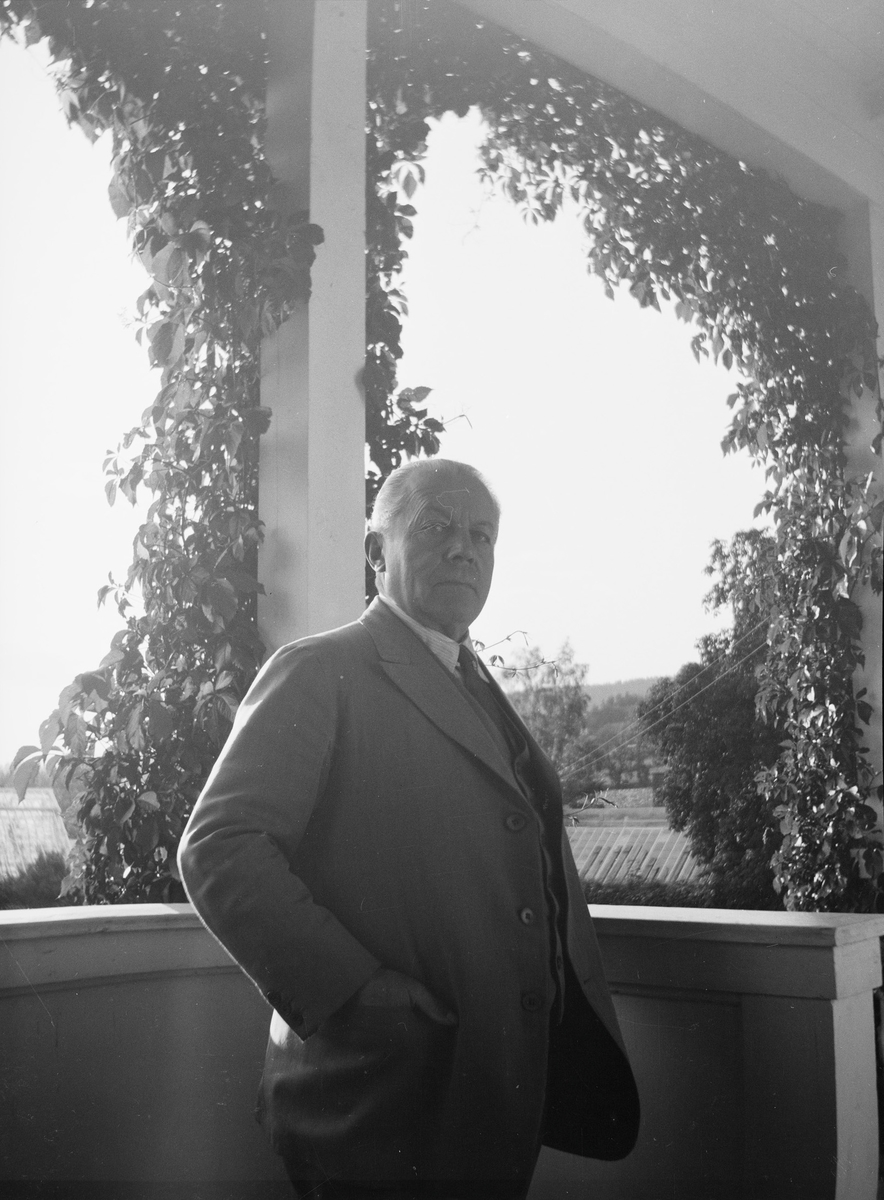 Christian Pierre Mathiesen er fotografert på verandaen på Linderud Gård.
