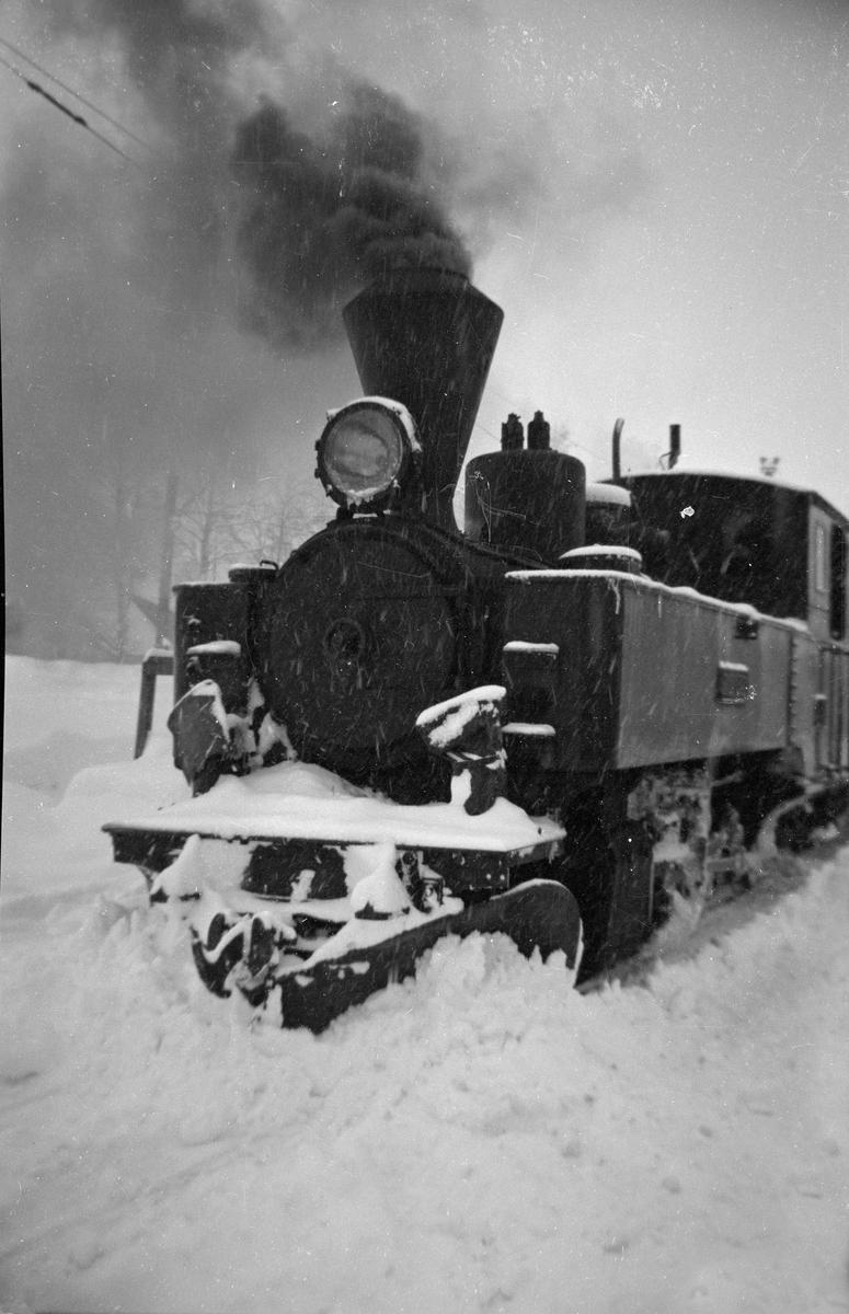 Damplokomotiv nr. 6 Høland ved godsrampen på Sørumsand stasjon.