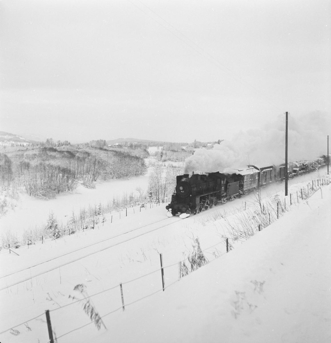 Godstog på Solørbanen trukket av damplokomotiv 26c nr. 433.