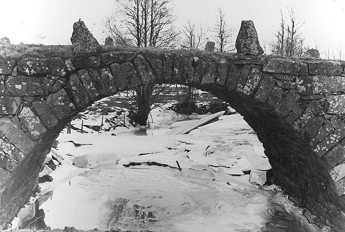 Gamla landsvägsbron vid Tivedsbrona gård (bron över Hovaån) ca 1 km N.Ö. om Hova. Vinterbild.10 mars 1945.