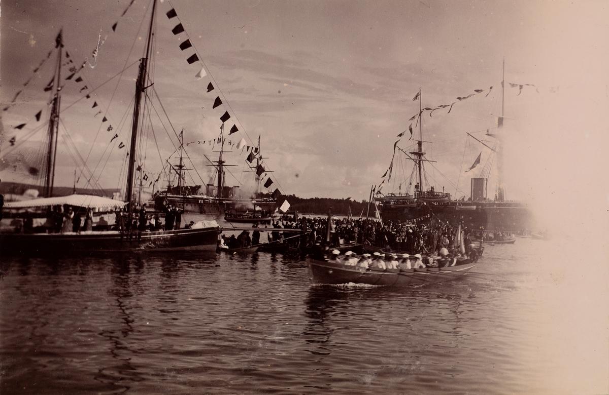 """Folkemengden vinker fra seil- og robåter i anledning """"Keiser Wilhelms Ankomst til Oslo""""."""