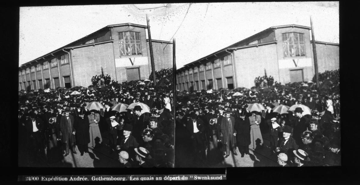 """""""24900 Expédition Andrée. Gothembourg. Les quais au départ du 'Swensksund"""". Avresan från Göteborg. Diapositiv, stereobild."""
