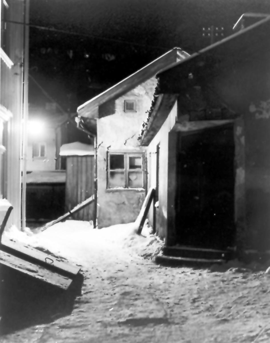"""""""Gårdsinteriör vid Rådhusgatan"""". Från utställningen """"Falköping i bild"""" 1952."""