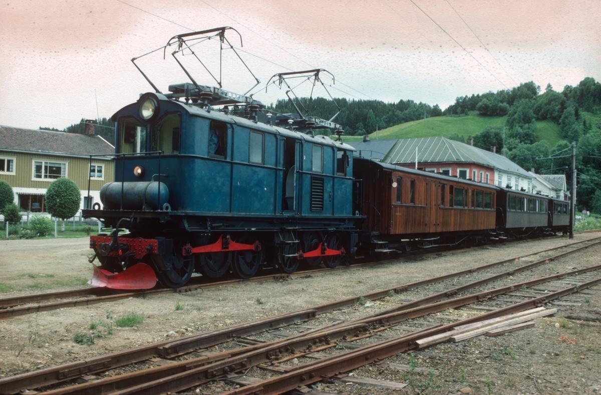 Veterantog på Svorkmo stasjon med Salvesen & Thams lokomotiv nr. 8 (ASEA).