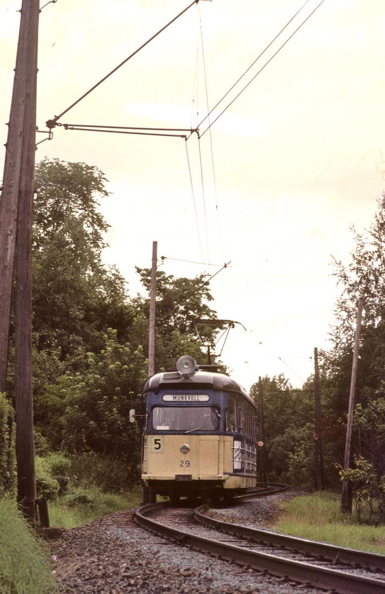 Strømmenvogn 29 i gamle farger på vei mot Munkvoll på Gråkallbanen.