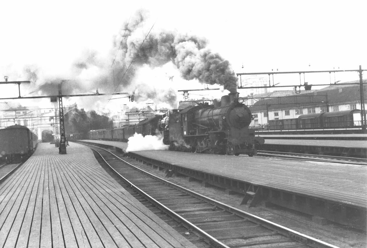 Damplokomotiv 31b og 28b med nattog på Oslo Ø.