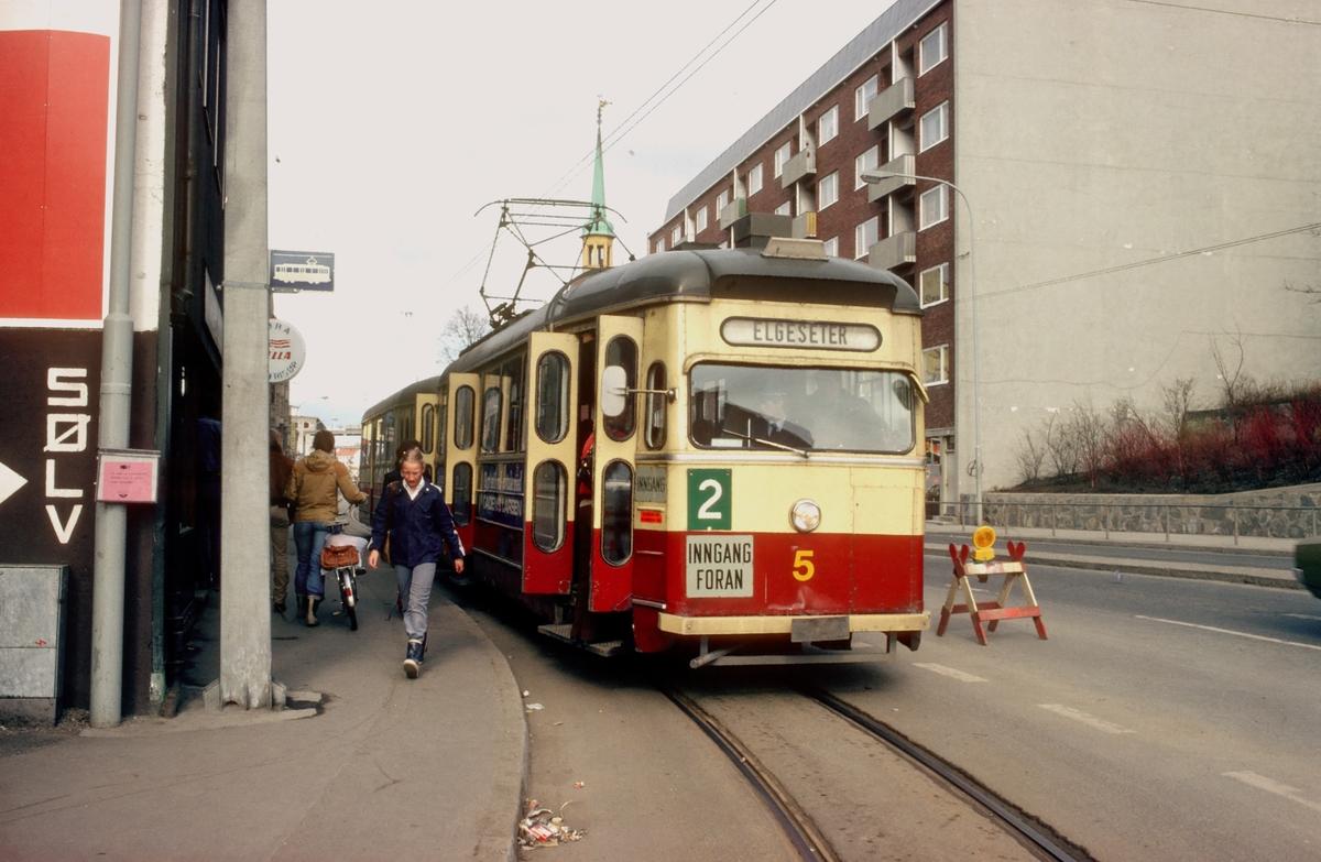 Trondheim trafikkselskap vogn 5 med tilhenger stopper i Innherredsveien, på linje 2 til Elgeseter.