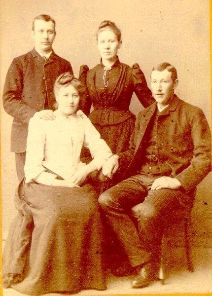 Syskonen Bruno och Hanna Larsson och två ej namngivna.
