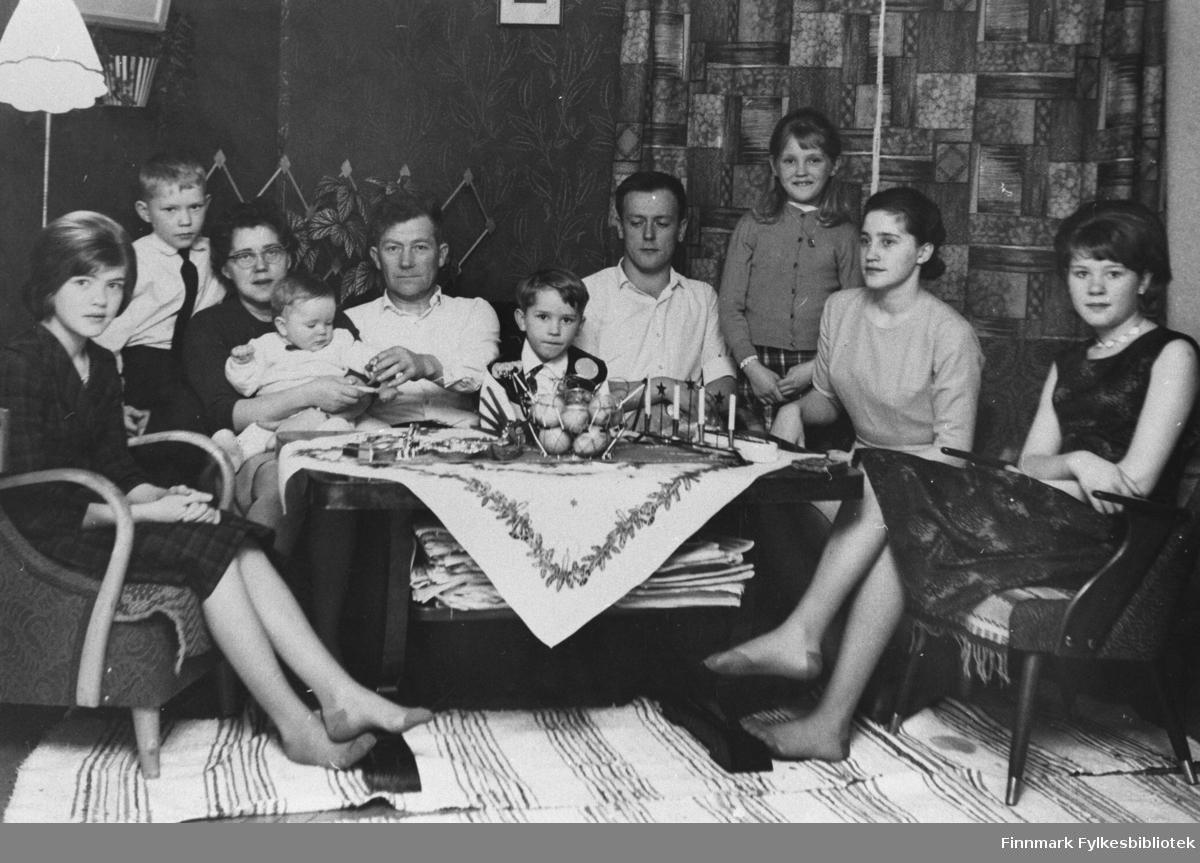 Bildet viser familien Ervik, fotografert hjemme.