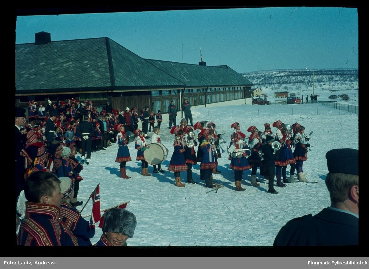 Kautokeino i 1969. Kronprinsparets besøk. (Harald og Sonja). Skolekorpset.