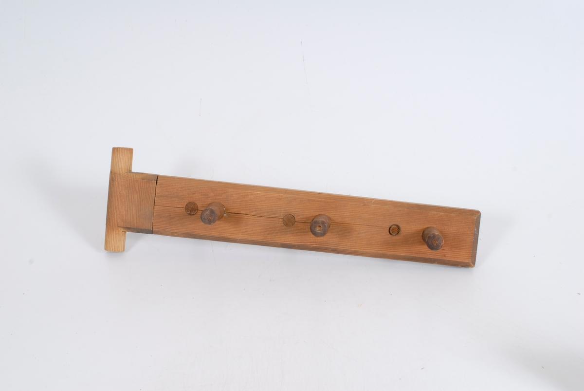 Form: planke med knaggtapper på begge sider
