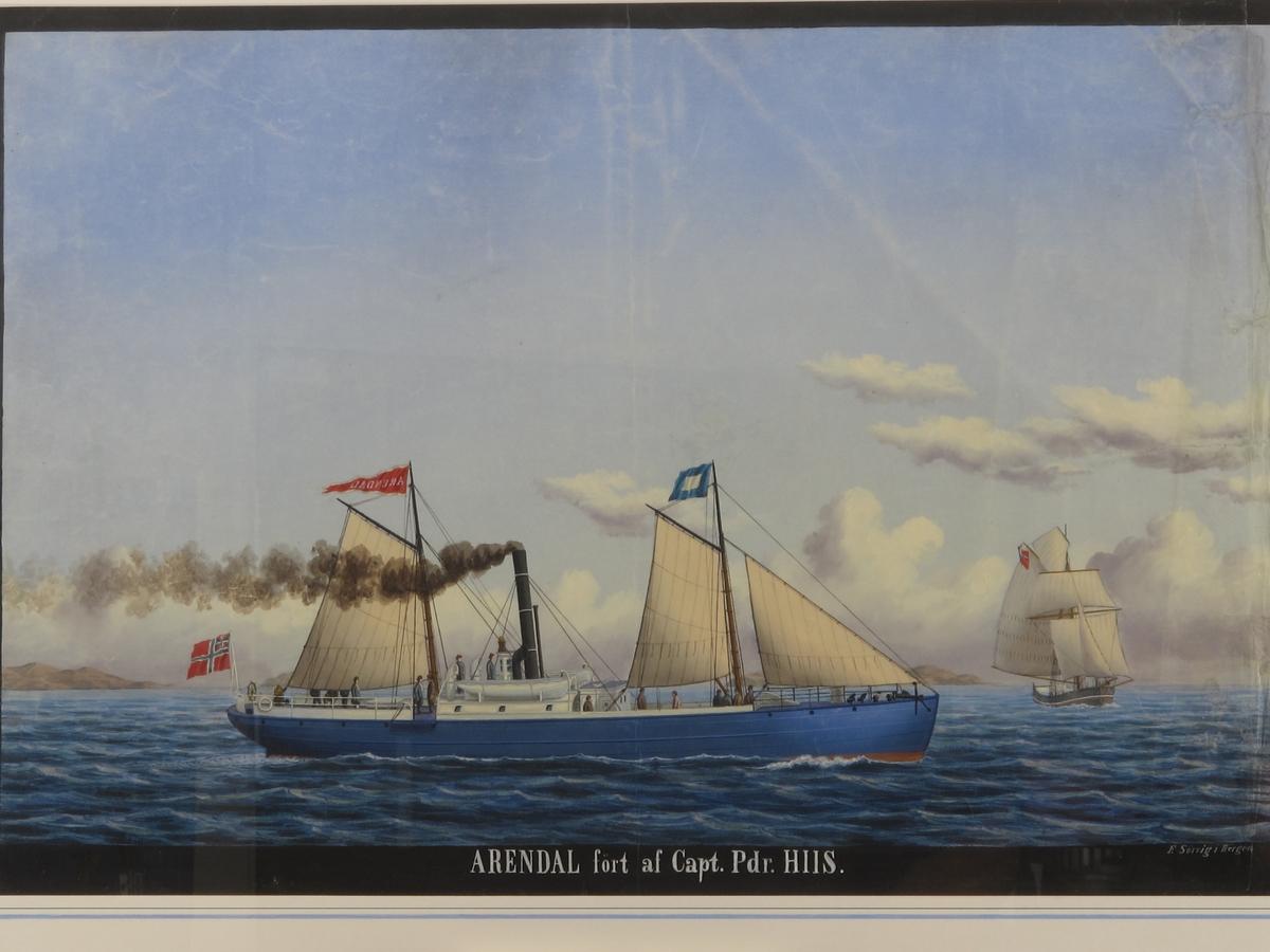 """Dampskipet """"Arendal"""" med to master, sett fra styrbord side, med kurs mot høyre. Blåmalt skrog, hvit seilduksripe og hvit overbygning. Sort skorsten; full seil-og dampføring. 15 passasjerer på dekk iført blå og brune frakker og hatter. Unionsflagg akter. På bakre mast vimpel i rødt med gulhvite kanter med tekst """"Arendal"""" speilvendt. I formasten et blått og hvitt signalflagg. Relativt rolig sjø. Lav horisont med homer i bakgrunnen. Høy lyseblå skyer med drivende skyer inn fra høyre. En skute for fulle seil  med kryssende kurs på dampskipet babord side. Flagget i toppen delvis synlig høyst sannsynlig  et unionsflagg. Sort tusjkant tundt bildet."""