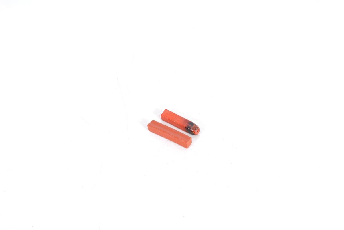 Form: To firkantete pinner, hvorav en er brukket i begge ender og den andre er smeltet i en.