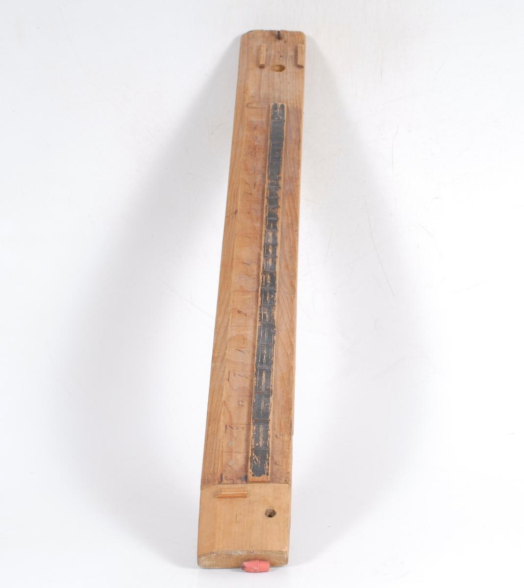 Teknikk: En sidekant avfaset. Paralelle trestykker som underlag for bue er festet m/nagler. Bak buen iskrudd øyekrok til strengfeste. På den tilnittede platen er det limt et tynt tverrtre. Nær begge kortendene er det boret hull. Ene kanten på under- siden er avfaset i 37 cm lengde. Opplysninger om hvor gjenstandene fra 01364 - 02403 befinner seg, se vedlegg. Form: Skalaplate m/intervallsyst. fast i hoveddelen.