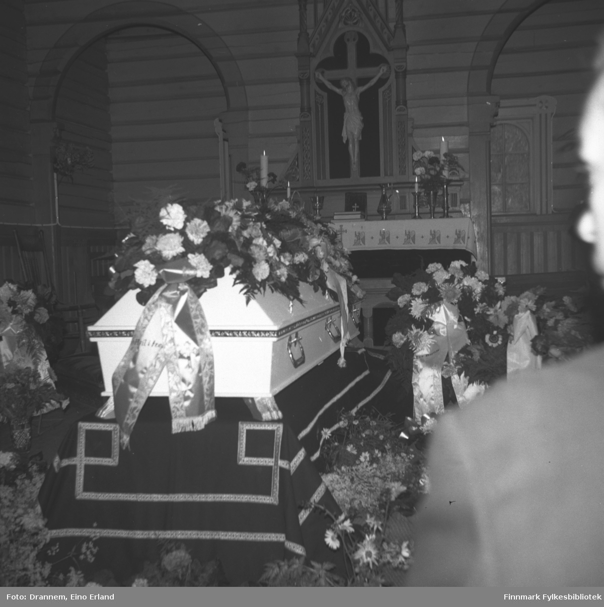 Alfred Karikoskis kiste i Neiden kirke. Begravelsen fant sted i august 1965.