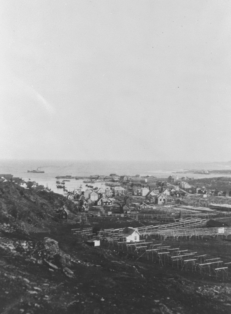 Berlevåg. Bildet er tatt mot øst. Til venstre for midten på bildet er Varnesmoloen. Bildet er tatt i 1928.