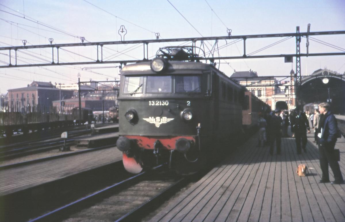 Elektrisk lokomotiv type El 13 med tog på Oslo Ø.
