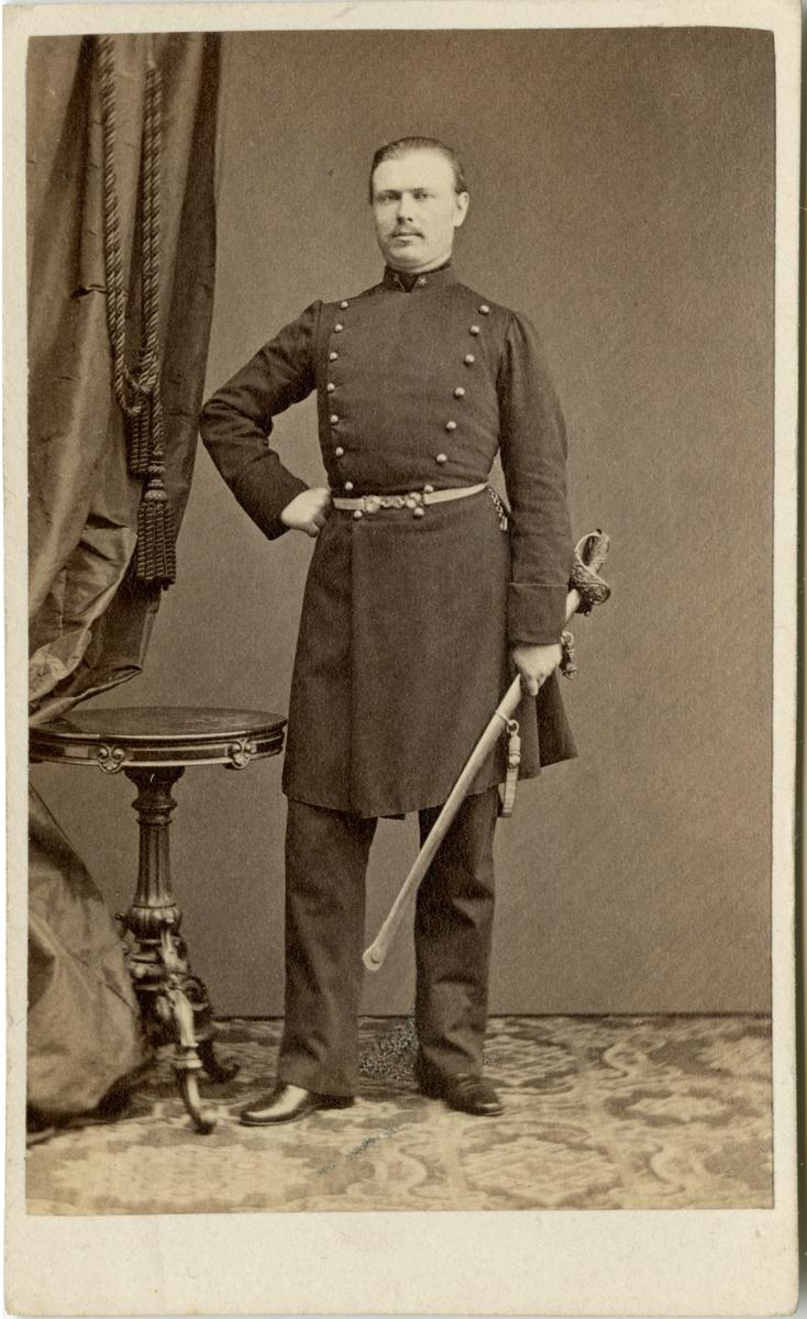 Porträtt av Carl Henric Nordenskjöld, underlöjtnant vid Smålands grenadjärbataljon I 7.  Se även bild AMA.0002000.