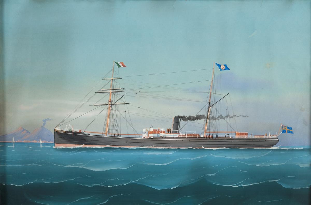Ångfartyget Nautilus, skonertriggad med beslagna segel, svart skrov, svart skorsten, på förtoppen italiensk flagg, på stortoppen bolagsflagg, svensk unionsflagg på flaggspel. Vesuvius i bakgrunden