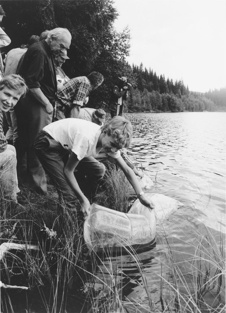 Ukjent hva saken handler om, muligens har det med kalking av fiskevann på Romerikåsene å gjøre.  NRK gjør i alle fall TV-opptak.