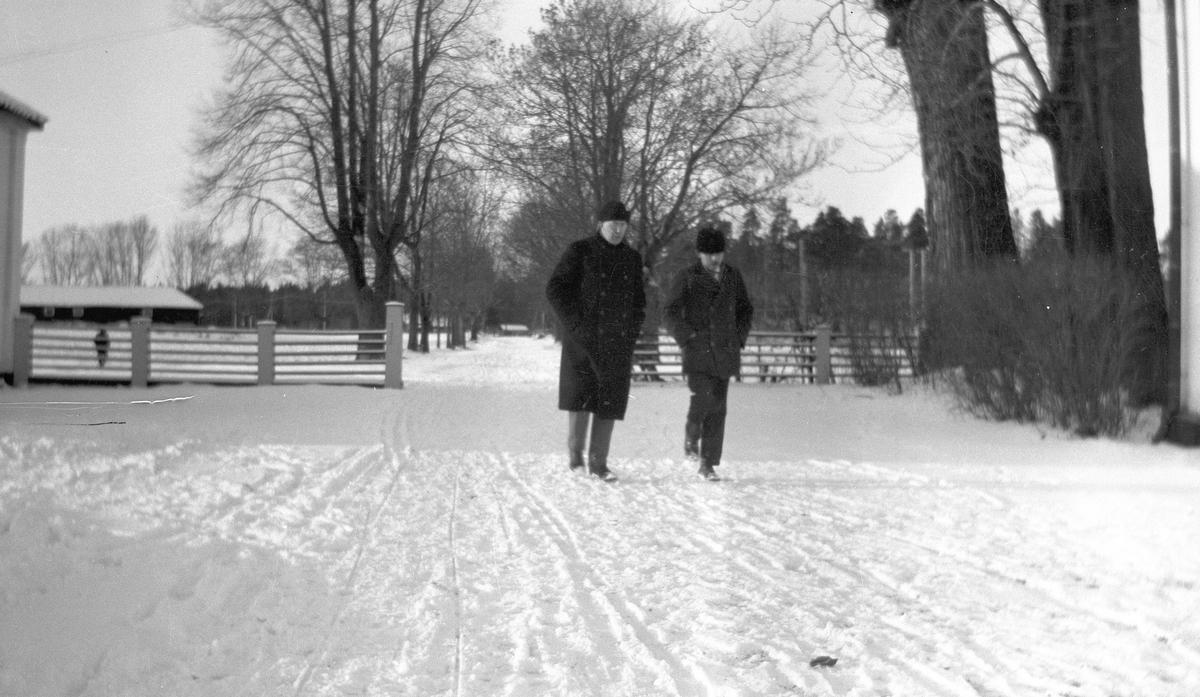 Vinter i Tolvfors Bruk. Tidsomfånget är 1900 - 1940
