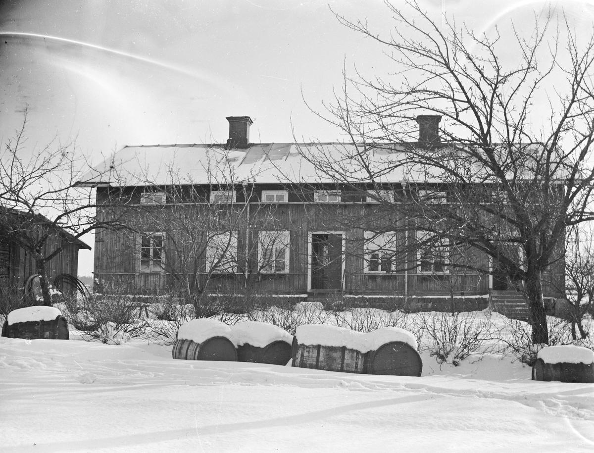 Garvaregården Fors, Torsåker, uppfördes av garvaren J. V. Lindfors på 1850-talet. Gården såldes till mågen och handlare Carl Fahlén 1869, som avyttrade fastigheten 1872 till garvaren Anders Axel Wahllöf. 1895 köpte bankföreståndaren och garvaren Herman Norling rörelsen.